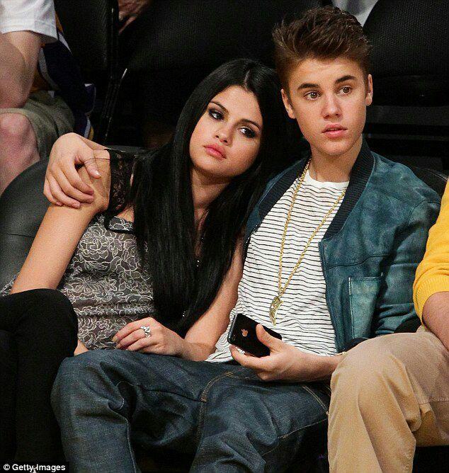 Justin Bieber e Selena Gomez foram vistos em um encontro ontem, e não parecia ser um encontro entre amigos, pois rolou até beijo!Confira as imagens