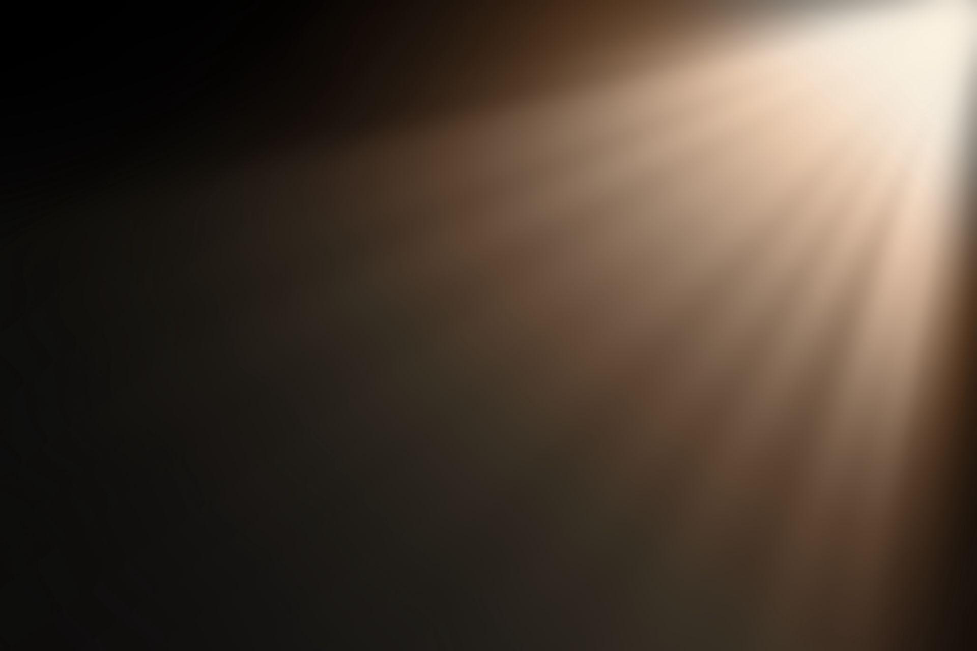 İkiz güneşlerin turuncu akşam ışığı, oluşturdukları gölgeleri ile salonun devasa perdeleri arasından süzülüyor, etrafı yorgun ve loş ışığı ile aydınlatıyordu