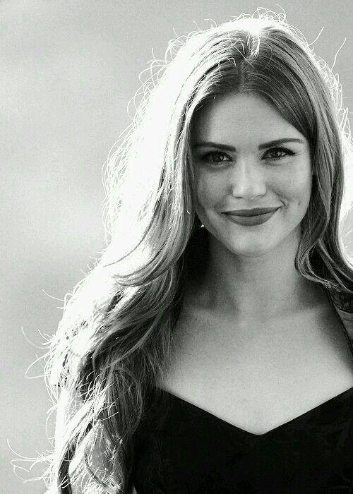 Holland é uma atriz que nasceu no dia 07 de outubro de 1986 (31 anos) em Dallas, Texas nos Estados Unidos
