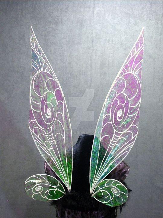 Ma też duże wróżkowe skrzydła, ma 170 cm wzrostu