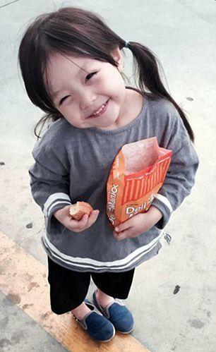 """""""Appa,gomawoyo!appa paling best sekali!""""Wooji membelek makanan ringan yang dibelikan oleh Wooseok"""