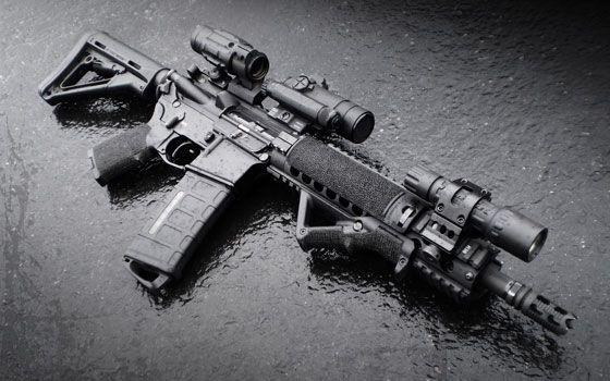Chỉ trong tích tắc mười mấy tên mặc âu phục màu đen, trên tay mỗi người cầm một khẩu súng Trường Tấn Công M4, do Tần Gia sản xuất đứng thành hai đường thẳng