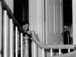 Dit is een wereldberoemde foto die de wereld rond ging en tot op de dag van vandaag is er nog geen rationale verklaring hoe dat meisje na haar dood op die foto kon staan