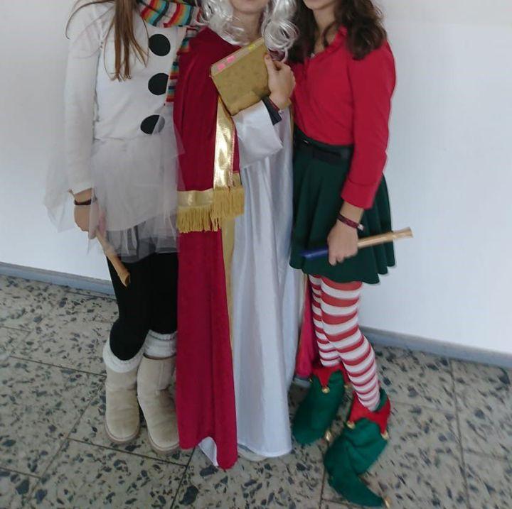 Hier auch noch ein Foto vom Nikolaustag, wenn ich grad schon mal dabei bin (habs natürlich bearbeitet, also so, dass man die Gesichter nicht mehr erkennt (Klammer in der Klammer: Wollte eigentlich so coole Smileys über die Gesichter machen aber g...