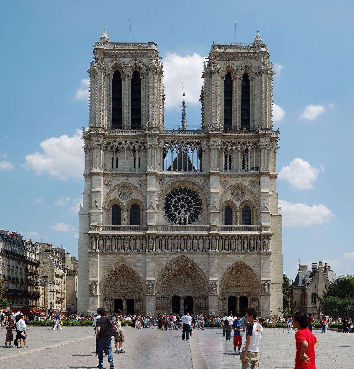 É a igreja do corcunda! Ela foi originalmente escrita por Victor Hugo em 1831! A Notre Dame é a catedral mais famosa de Paris, onde foi (auto) coroado ninguém menos de Napoleão Bonaparte! Tem até um quadro famoso do pintor Jacques-Louis David retr...