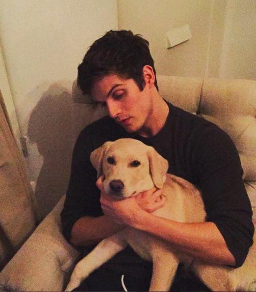Qui possiamo vedere un Daniel con un cane pucciossimo