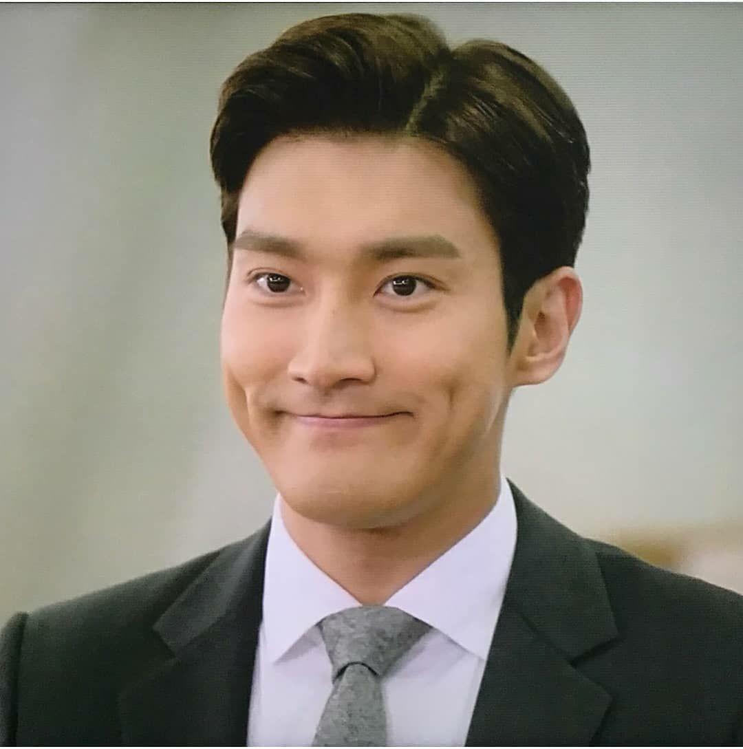 Ini Siwon dengan muka jeleknya 😂 senyumnya maksa abis, ya kurang lebih gitulah wajahnya Siwon pas ngikutin Yoona seharian di panti 😝