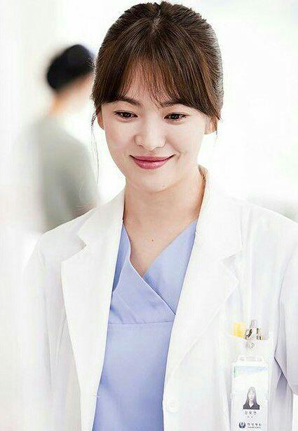 Dia adalah Song Hyekyo eonnie, perawat di sekolah kami
