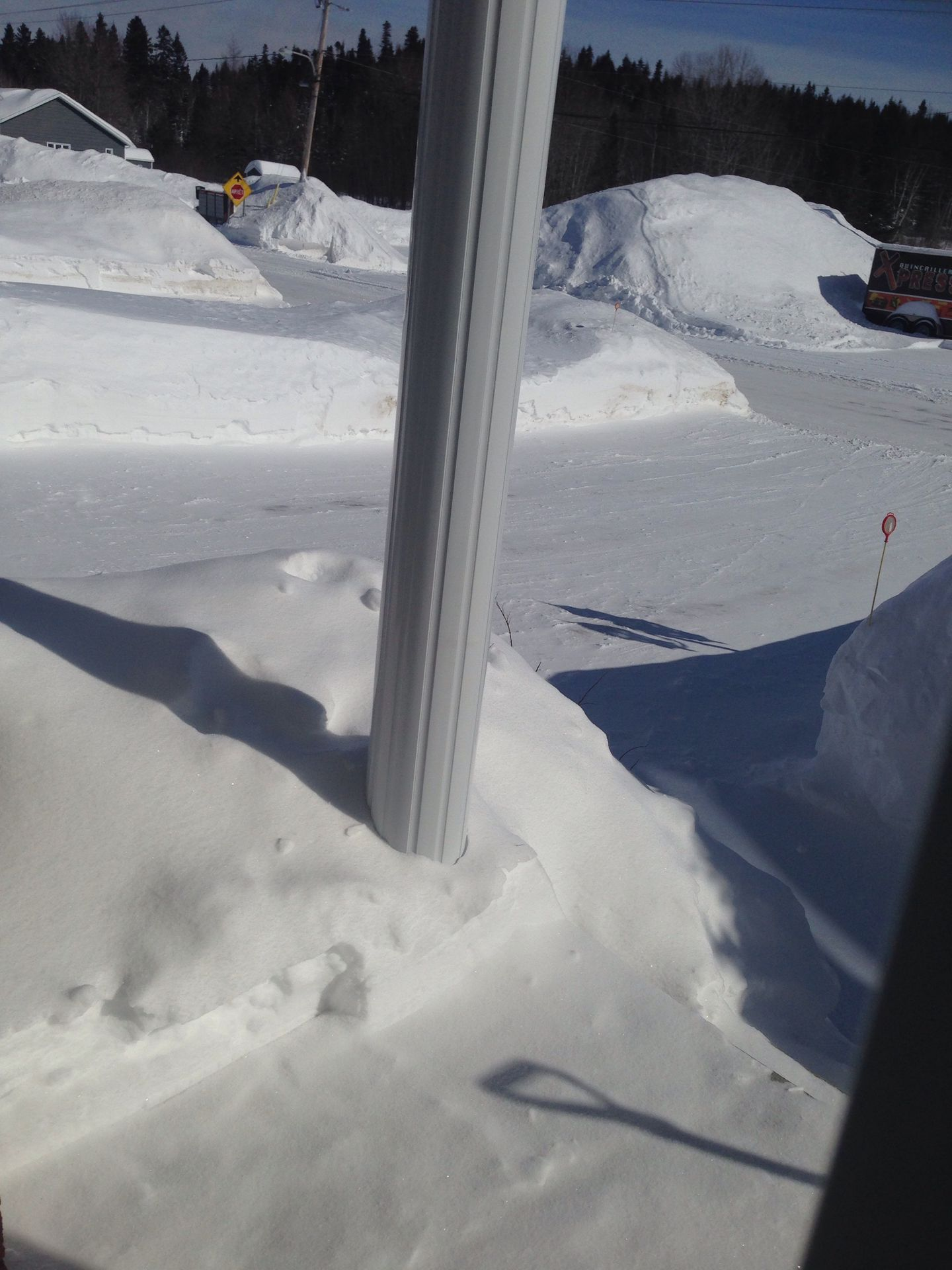 En arrière de ma chambre x) la neige dépasse quasiment la piscine