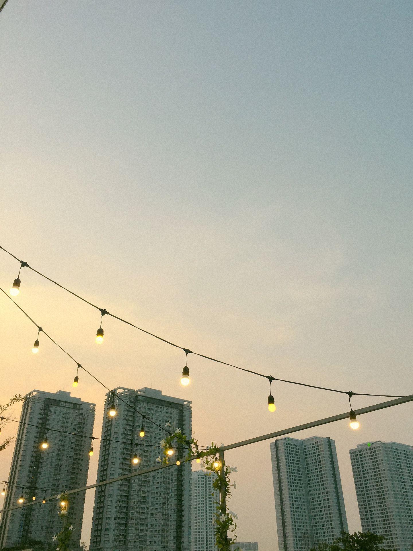 Bầu trời dần tối hẳn đèn cũng lên nhiều hơn