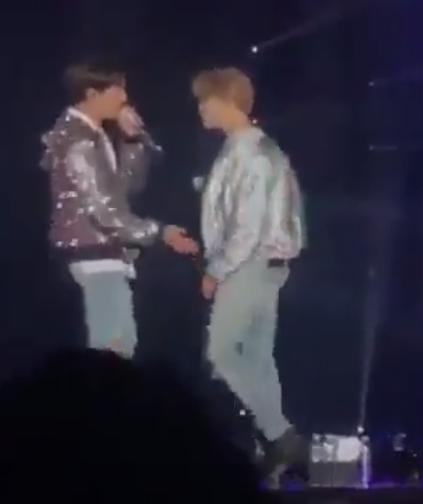 JK muốn chạm vào JM :) Nhưng không :v JM đã đập vào tay JK =)))) Sang quá :)