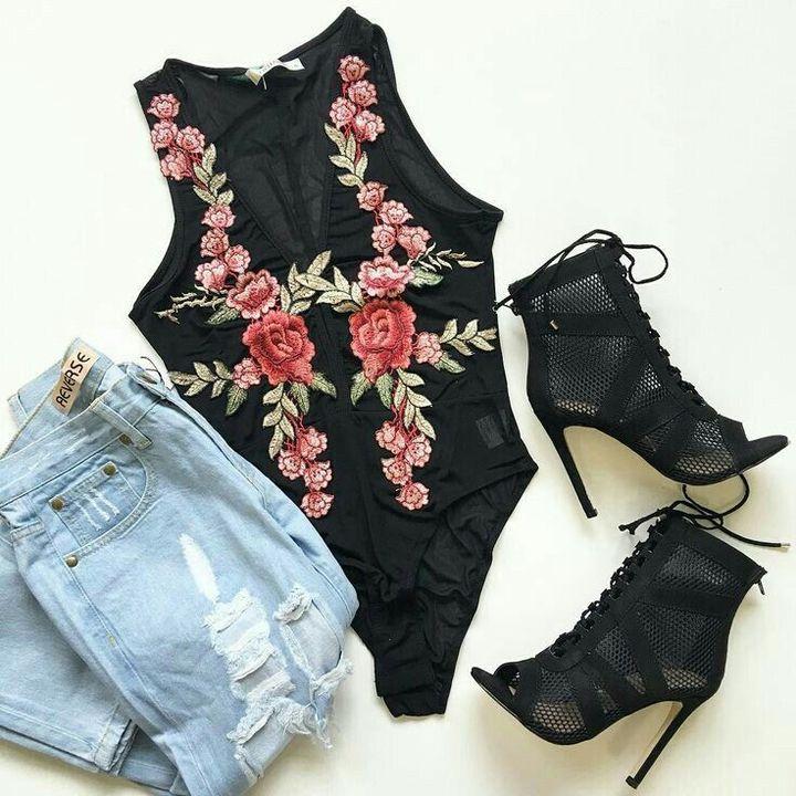 Estou usando um boris preto com costuras de rosas na frente, uma calça jeans clara e uma botinha de salto fino preta