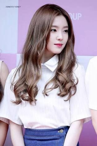 Taeyeon membalas sapaan dan senyuman Joohyun dengan tersenyum simpul
