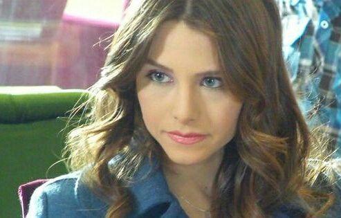 Me vino a la mente Cassandra pero ella no es estudiante de Harvard y no pudo entrar como si nada a nuestro dormitorio alguien la hubiera visto