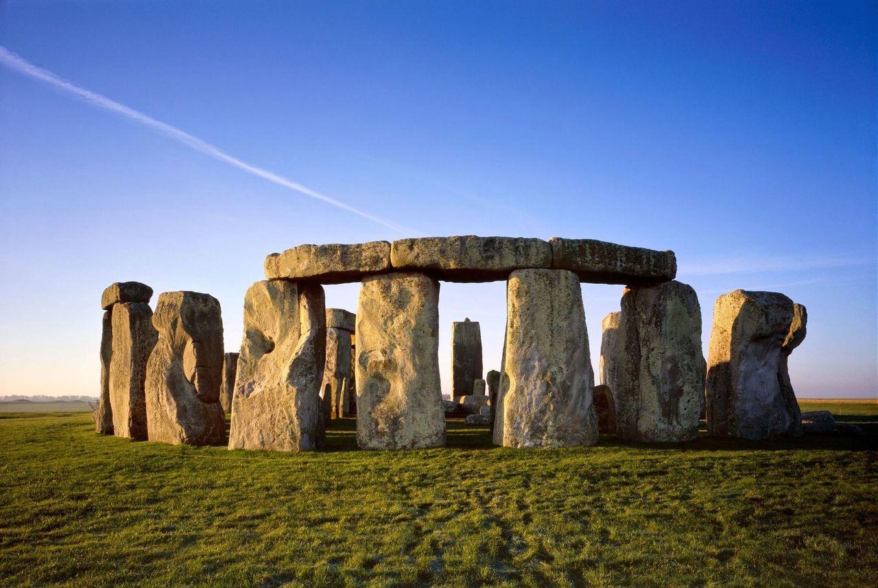 През 1771 година доктор Джон Смит измерил внимателно всички камъни от съоръжението и достигнал до извода, че Стоунхендж не е само храм на Слънцето, но също така календар и гигантска обсерватория, с чиято помощ са определяли точно денят на лятното...