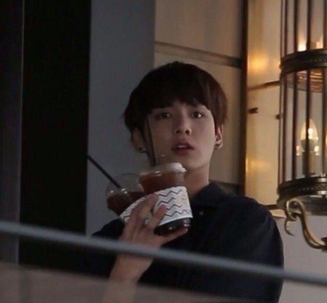 Lúc JK mua coffe về thì thấy cảnh bạn và Yugyeum nói chuyện rồi còn đùa nhau nữa