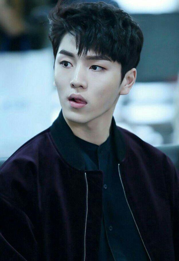 Kang Hyunggu aka KinoTeman sekelas Jeon Jungkook dan merupakan penggemar berat Park Jiyeon