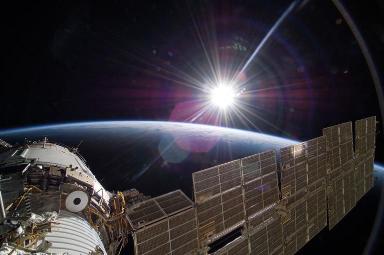Uluslararası Uzay İstasyonu'ndan çekilen fotoğraflarda da Güneş'in aslında beyaz olduğu açıkça görülür