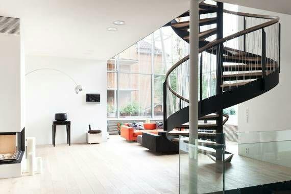 sim existe uma escada só pro segundo que fica mais o menos na frete da porta e uma na cozinha em formato de caracol,que que nos leva pro terceiro andar