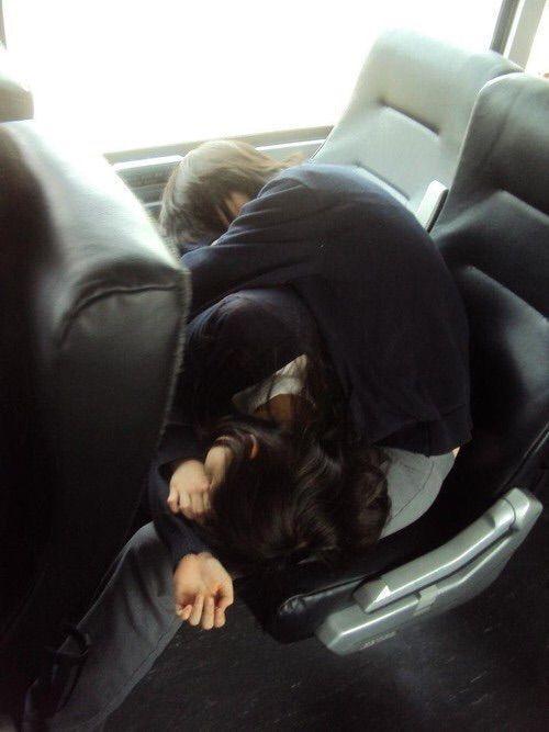 °Tendrían una extrañas pero muy cómodas maneras de dormir juntos en medio de un viaje, maneras que acabarían con miles de fotos de parte de Wonho y Minhyuk