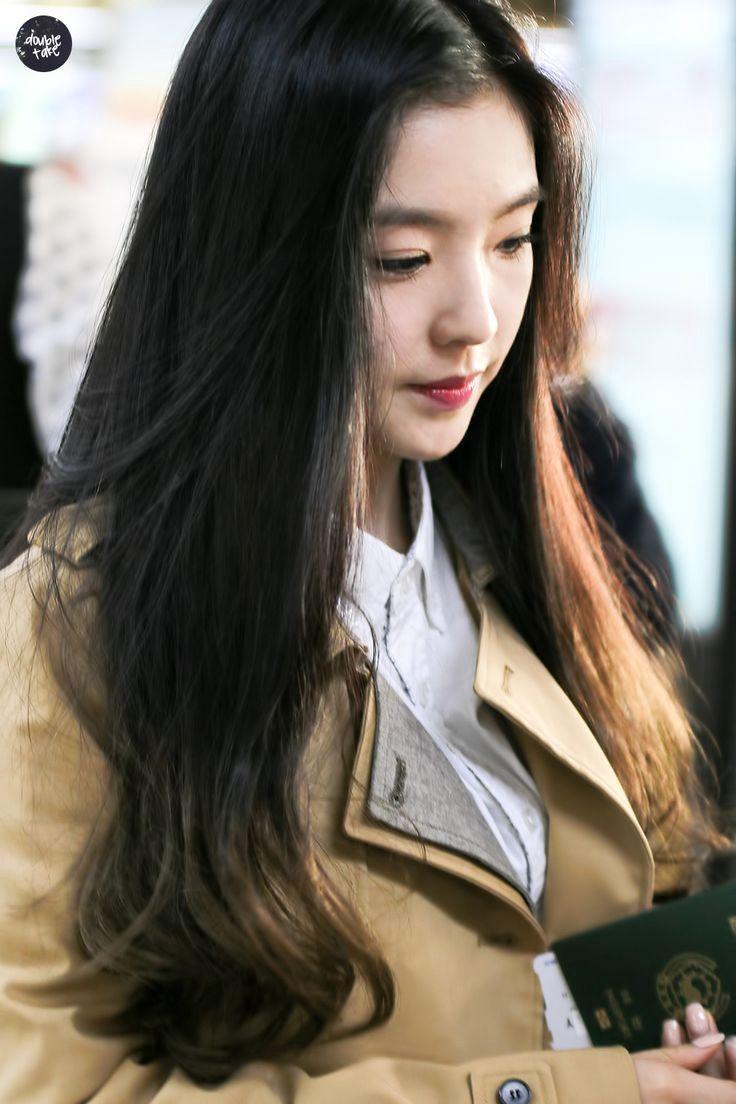 Joohyun tersenyum kecil, agak canggung, memandang Mino dan Lauren secara bergantian