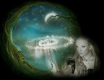 Las luces comenzaron a descender nuevamente y en esa ocasión se manifestó en el escenario, surgiendo entre la espesa niebla que lo había cubierto, una mujer anciana