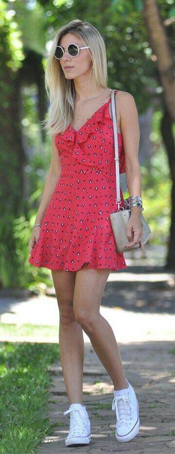 Visto um vestido rosa e um all star branco,passo um gloss rosa e saio do quarto