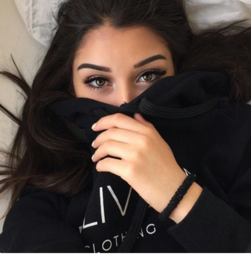 mörkt hår blå ögon