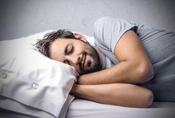 Tidur dapat membantu memperbaiki sel kulit yang rusak dan memperbaiki pertumbuhan rambut, termasuk di sekitar wajah