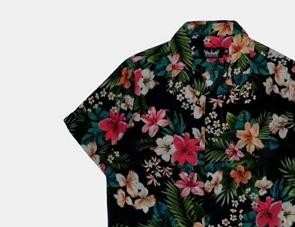 Jangan takut merasa terlalu girly memakai kemeja bermotif  floral, karena nuansa tropikal memang sedang trendi di kalangan fashion  pria