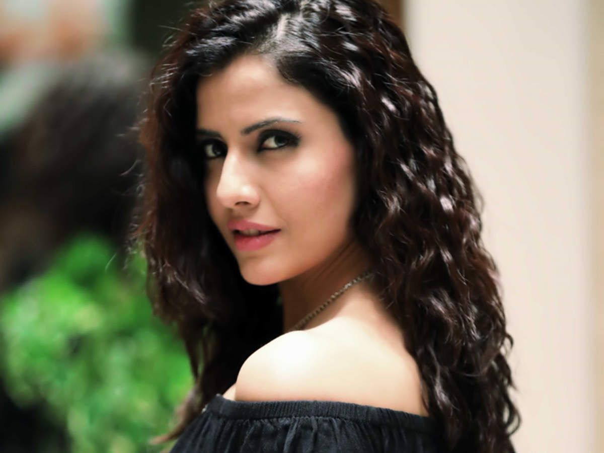 Ahana Raichand is a young woman, who had been the favourite of her father who was cheated by her mother, Laila Raichand