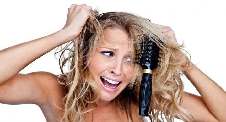 Un truco para desenredar fácilmente los nudos es que después de bañarte, ponte un poco de crema para peinar y desarma los nudos con los dedos para evitar el quiebre
