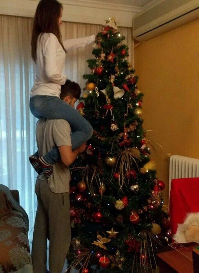 любителей развлечений фото человек стоит спиной к елке передает радиостанция