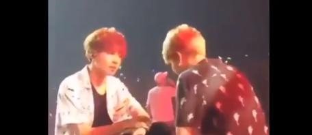 Dù JM có cười nói cậu ấy cũng không thèm, mãi khi JM đánh vào đầu gối cậu ấy mới nhìn JM :<