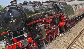 Nimides junto a otros técnicos, lograron transformar locomotoras al sistema de vapor y echaron a andar los trenes, al tiempo que otros pensaban en como extender las vías para interconectar por tierra con los países hermanos y aunque no se lo conta...