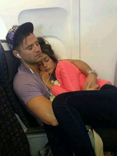 Девушка и парень в самолете