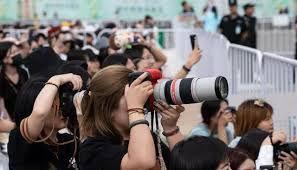 3 Trạm tỷ chỉnhững người hâm mộ thần tượng cầm máy ảnh tiên tin đi theo idol hoặc người quản lý và điều hành các trạm hỗ trợ thần tượng