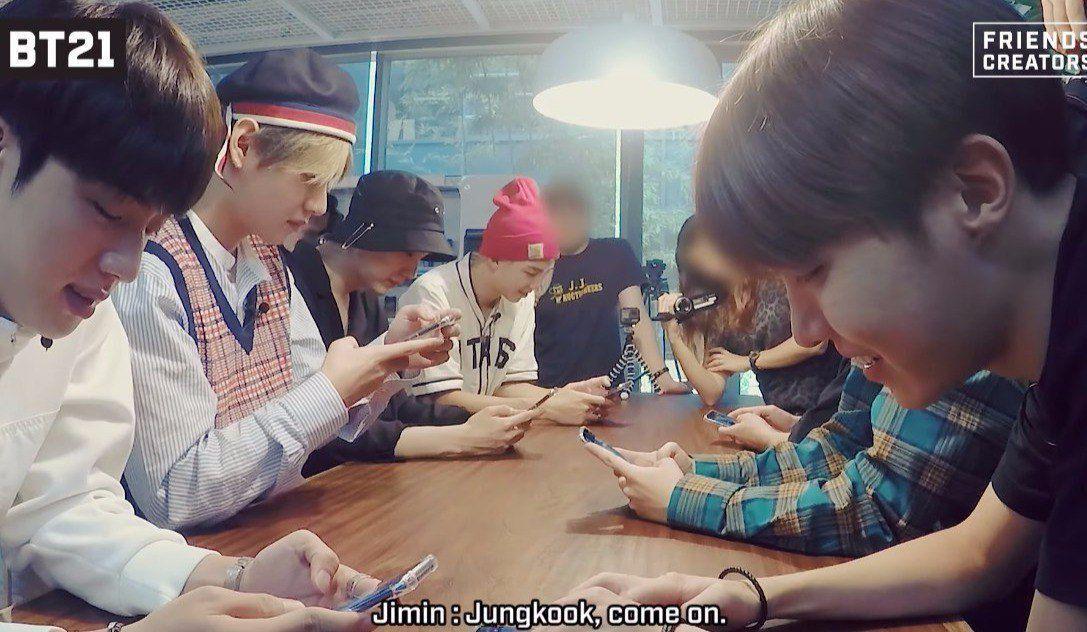Jungkook đang ngồi cạnh Jimin =))))))) Jimin cứ luôn miệng Jungkook come on :v