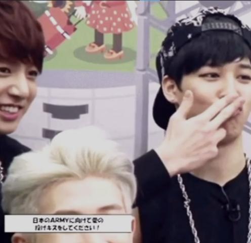 Lát sau thấy bạn loay hoay giúp bạn 95 fly kiss bằng chính quả tay mà bạn ý mới hôn gió mới nãy xong ấy =)))))) Loài Jeon nguy hiểm quá :))))) nguy hiểm từ bé :v Jeon Jimin chạy đi :v