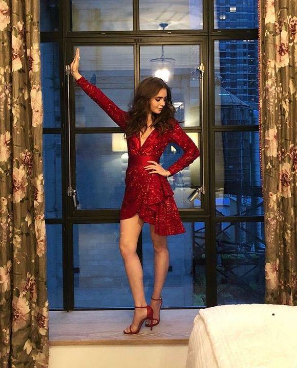 Pilihannya jatuh pada dress berwarna merah pekat dengan sedikit blink-blink di beberapa sisinya dan dipadukan dengan heels berwarna senada