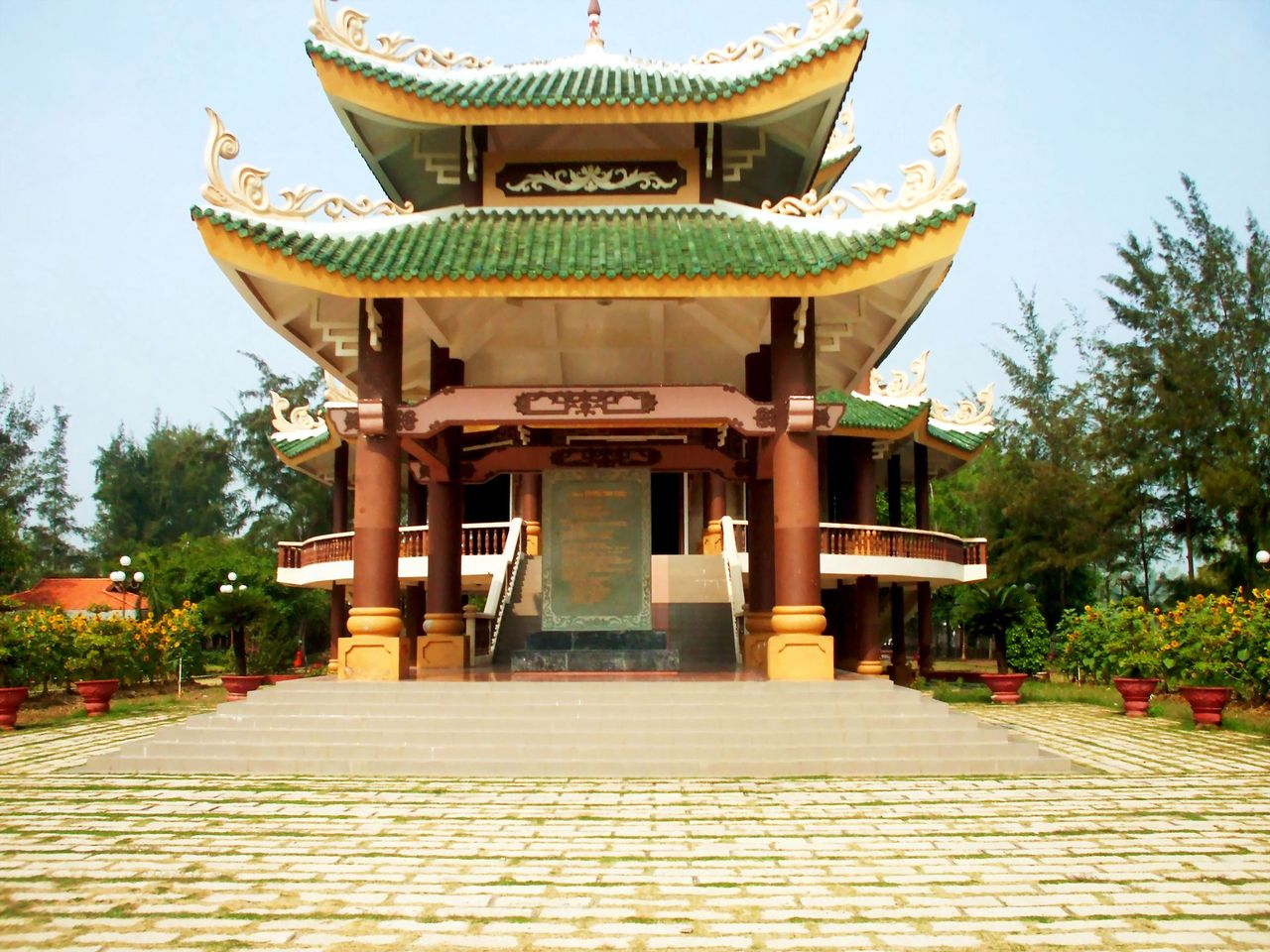 Đền thờ nhà thơ Nguyễn Đình Chiểu tọa lạc trong khuôn viên có diện tích hơn 1,5ha, được trùng tu vào năm 2000, gồm cả khu lăng mộ cũ được xây dựng vào năm 1972