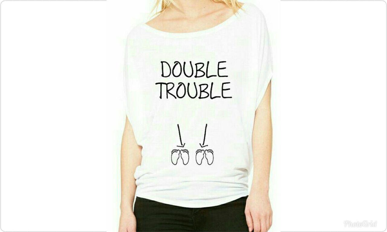 """– Dije en cuanto vi una sencilla pero hermosa camisa de color blanco allí, tenía estampado dos pares de piecitos junto con el mensaje """"DOUBLE TOUBLE"""""""