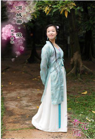 Dia berjalan ke paviliun penerimaan tamu dengan Liang Yu Rong