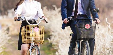 Alhasil mereka berdua pun berkeliling taman sungai Han itu sambil mengendarai sepeda mereka beriringan