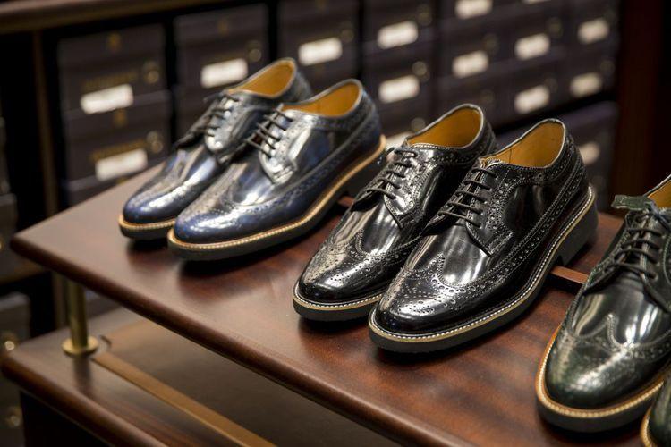 Pilih sneakers dengan desain yang simpel seperti Converse atau Vans Old Skool sehingga cocok dipakai dengan busana kasual apapun dan modelnya tak lekang oleh waktu