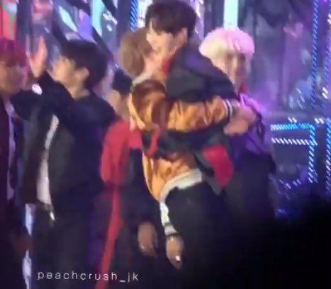 Ủa rồi Chiminie đang ôm ai rứa :v Không biết =))))))))) nhấc bổng bạn kia lên luôn@@Loài Jeon 2 nguy hiểm quá rồi :v