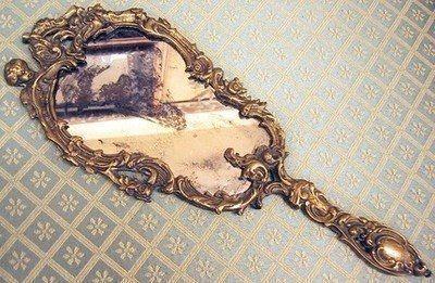 alicia en si no es un espejo, se manifiesta en cualquier cosa que cree un reflejo