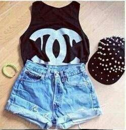 Visto uma blusa preta com o simbolo da chanel branco,um short azul e um boné preto,coloco um tenis botinha preto e to pronta