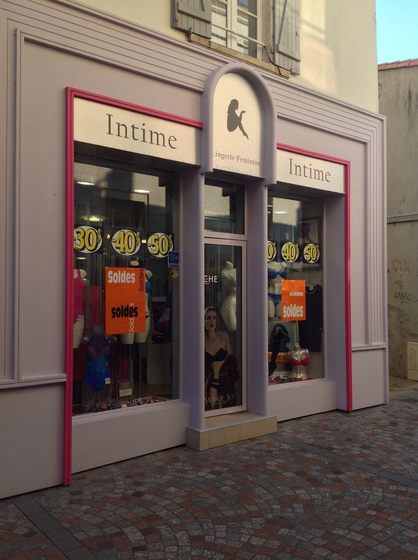 Au sortir d'une boutique judicieusement nommée Intime, ils remontèrent la rue dans le prolongement de celle du cinéma, en direction du minuscule marché de Noël qui proposait au moins deux cabanes qui pourraient répondre aux attentes de leurs estomacs