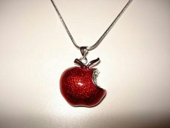 - ya veo lo note por tu collar de manzana es muy bonito - toque mi dije inconscientemente